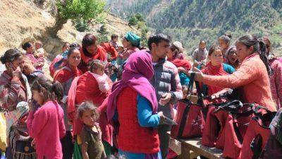 गाउँ-गाउँमा पुगेर गर्भवती महिलालाई कोसेली बाँड्दै उपाध्यक्ष बुढा