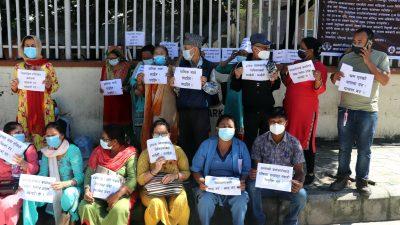 'श्रमिक मार्न पाइदैन' भन्दै केएमसी अस्पतालमा कर्मचारीहरुको नारावाजी [फोटो फिचर]